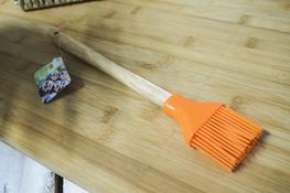 Pędzelek kuchenny silikonowy z drewnianym uchwytem - mix kolorów