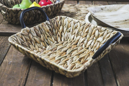 KOOPMAN Koszyk kwadratowy z trawy morskiej 28 x 28 cm z met. uchwytami