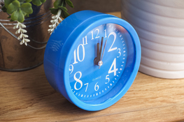 Budzik kwadratowy 9.5 x 9.5 cm niebieski