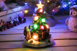 KOOPMAN Choinka ceramiczna 21 cm z podświetleniem LED mix wzorów