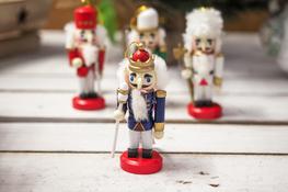 KOOPMAN Drewniana zawieszka królewski gwardzista mix wzorów