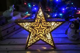 KOOPMAN Drewniana gwiazda 31 cm z podświetleniem LED mix wzorów