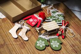 KOOPMAN Komplet 6 zawieszek świątecznych drewnianych - mix kolorów/wzorów